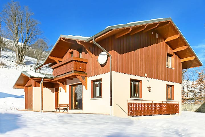 Chalet located at the ski slope (approx. 150 m), with sauna and wifi internet access.