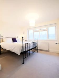 Double bedroom in lovely East London apartment. - London