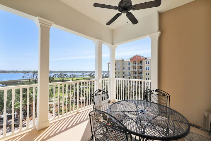 Bayfront condo w/ amazing views, shared hot tub & community pool!