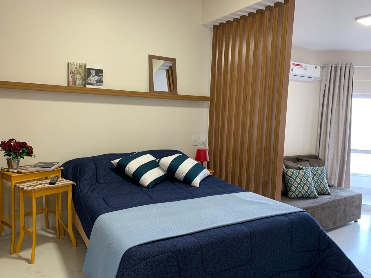 Apartamento Studio de frente para o mar, localizado na Avenida Oceânica. A 250 metros do Farol da Barra. Ar condicionado Split, Wifi, Smart TV, banheiro privativo, cozinha completa. Finamente decorado.