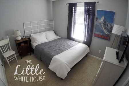 The Little White House - cozy private bed and bath - Henderson