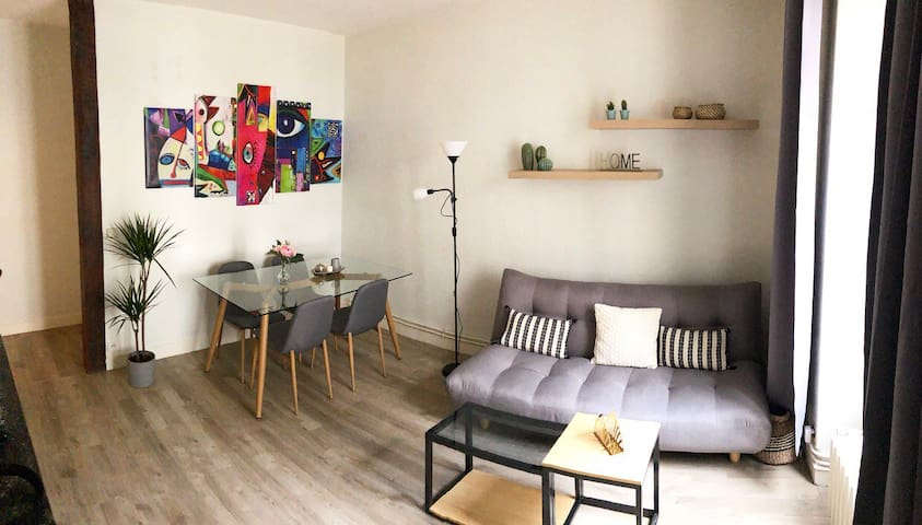 Chic apartment near Château & Train station (55m2)