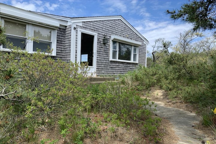 New listing! Oceanfront home w/ great views, deck, grill & beach access- dogs OK