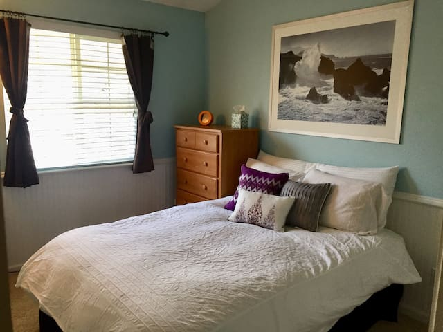 Quiet, clean, bedroom with Full Bed