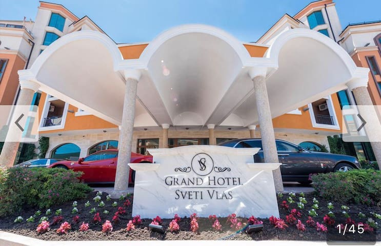 Вход в Grand Hotel