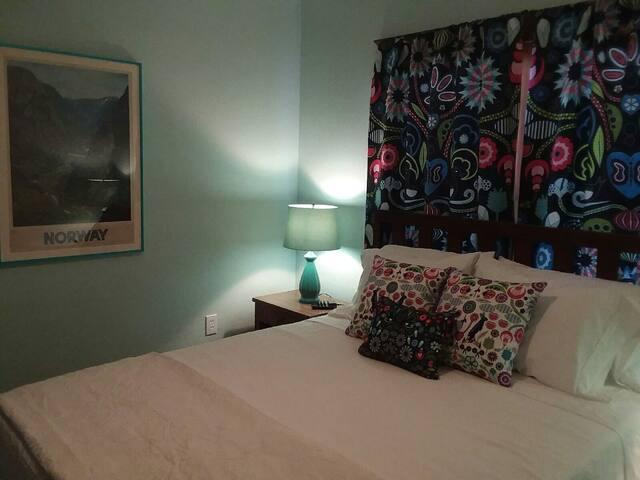 Front Bedroom #1 Platform Queen Bed (Linens included)