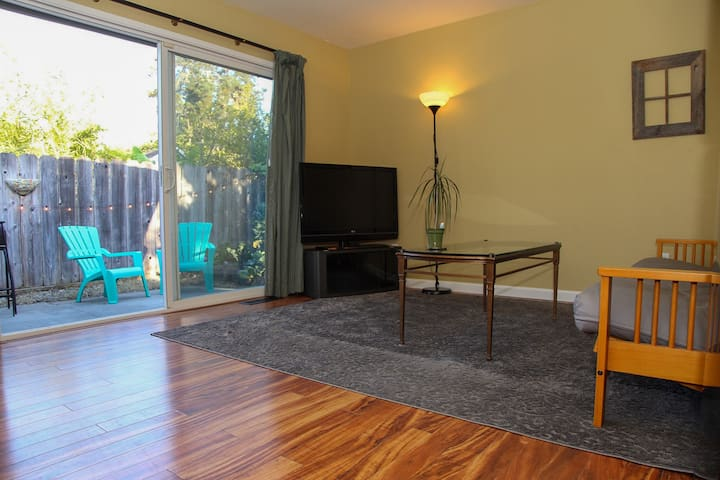 Bronson St. Retreat (30 day min rental)