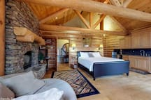 Private Log Cabin getaway with Leather Sleigh Bed, kitchenette, Stacked Rock Fireplace.  Ready for Romance and relaxation - conveniently located 20 minutes West of Little Rock.