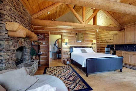 Luxury Private Log Cabin Getaway w/ Hot Tub