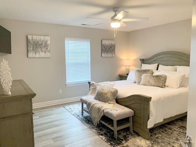 1st floor king bedroom with en suite.