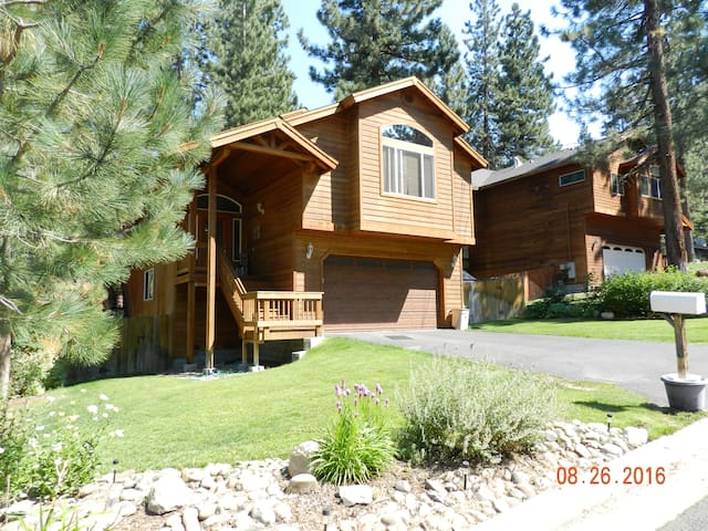 Peaceful quiet bedroom with adjoining living area - South Lake Tahoe - Bed & Breakfast