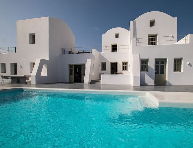 R824  Honeymoon Suite with Heated Private Pool Breakfast Included
