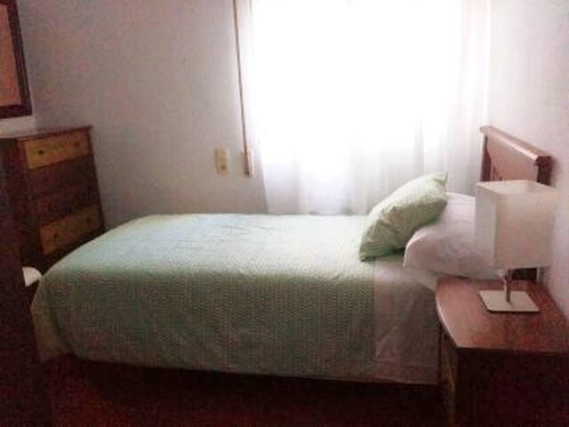 Habitacion individual, con gran armario y comoda.