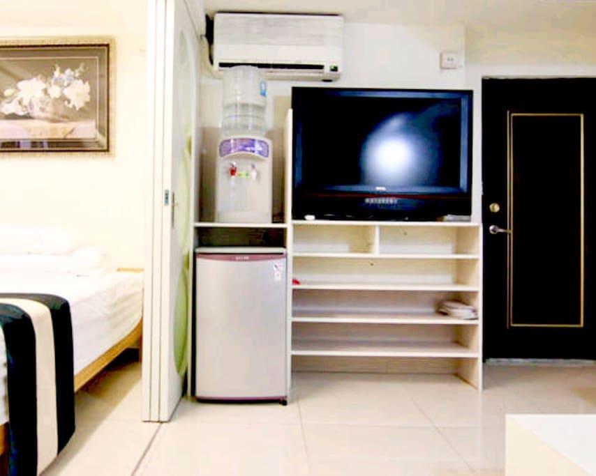 """這是主客廳有一台52""""LED電視,真空裝蒸餾水冷熱自動飲水機,還有一台冰箱及置物櫃,還有免費多人享用wifi,左邊是第1 間雙人床房間右邊是客廳房可隔間隔音獨立空間門可鎖、專業進口雙人沙發床另加裝天然乳膠床墊來調整床的舒服度,空間可靈活運用"""