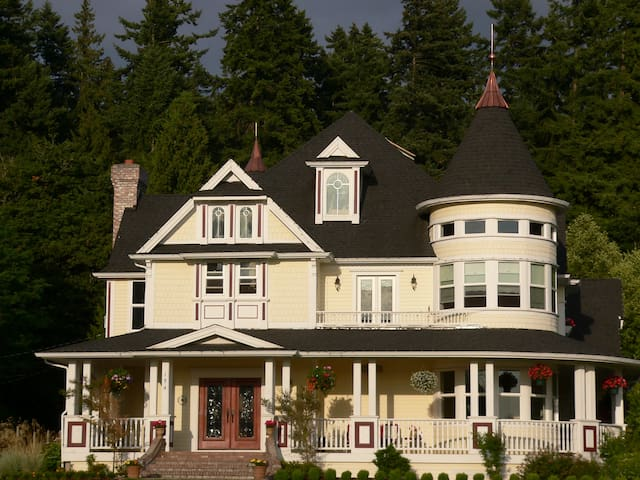 Peaceful Comfort in Sammamish Victorian Home