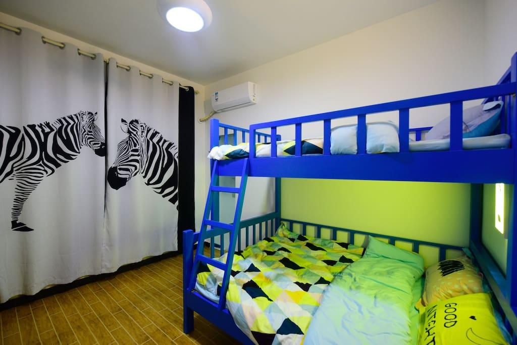 上下铺的亲子间,是小朋友们的最爱,也是闺蜜们的最爱。下铺床宽1.5米,上铺床宽1.2米。可以满足一家三口的需求,闺蜜三人一起住也很不错哦