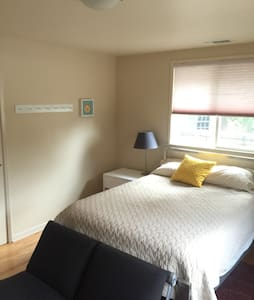 Walk to 5Cs: 1 or 2 Roomy Bedrooms - 克萊蒙特(Claremont)