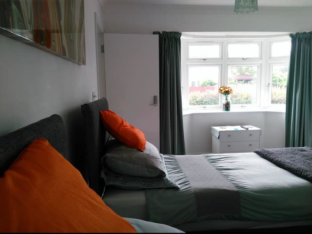 Twin/Double Room 1 in Seaside Home - Worthing - Bed & Breakfast
