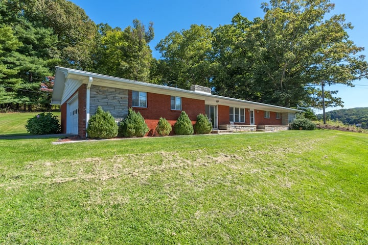 Town & Country Retreat! Good location, easy access