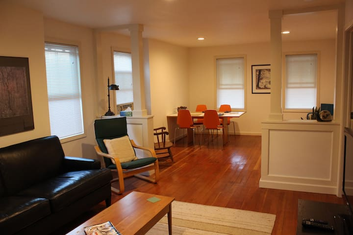 Quaint 2br apt- walk to Wesleyan and Main Street. - Middletown - Appartement