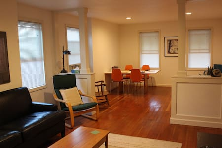 Quaint 2br apt- walk to Wesleyan and Main Street
