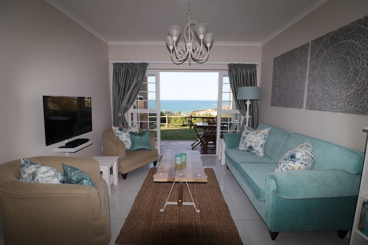 Stylish beachfront apartment in prime location!