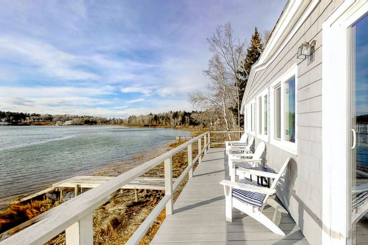 Updated waterfront cottage w/private deck, gas grill & dock access