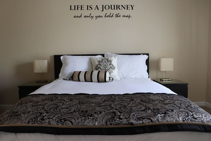 Queen size bed with memory foam mattress. 2 memory foam and 2 standard pillows