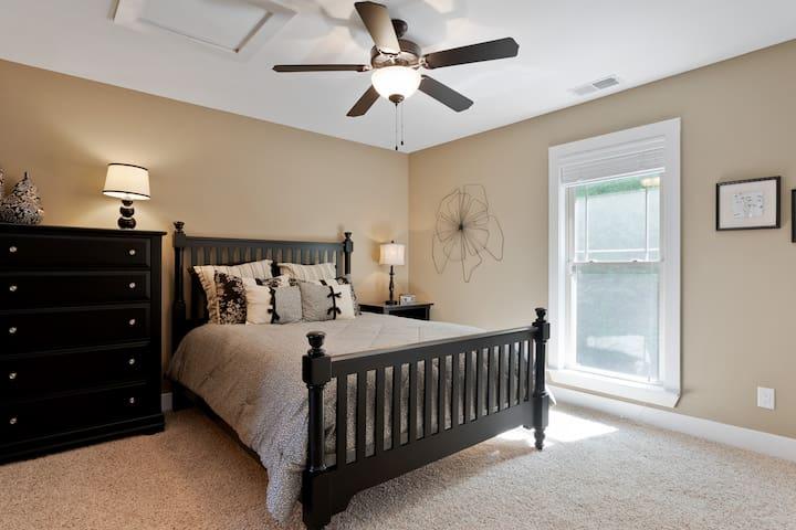 Second upper level bedroom