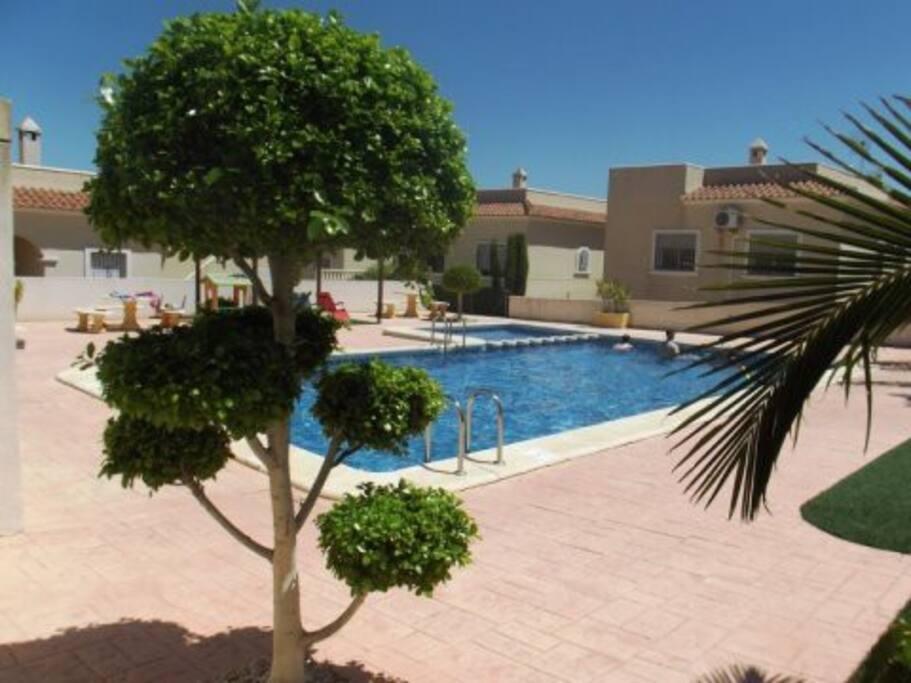 Villa avec piscine commune au sud costa blanca villas for Location villa espagne avec piscine privee pas cher