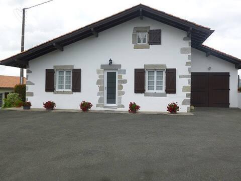 maison basque située entre mer et montagnes