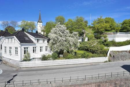 Anneks i hyggelig bakgård midt i Grimstad sentrum - Grimstad