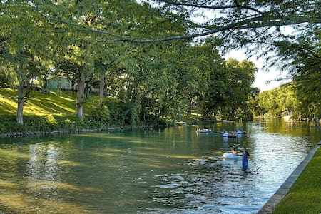River Rd. Treehouses-Mourning Dove Haus - New Braunfels