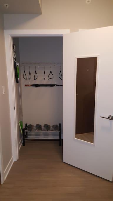 Storage at the entrance. We provide shoehorn, one umbrella, hangers and high quality brand new slippers. 入户门边的衣帽间。我们提供了鞋拔子、雨伞、衣架和全新的高质量拖鞋。
