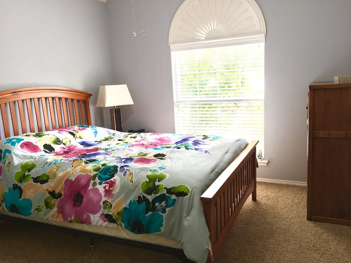 Cozy, sunny room w/ Queen bed near DFW