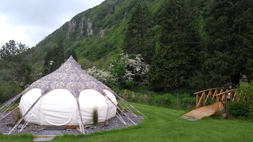 Breakfast & Cosy Snowdonian Glamping for 2