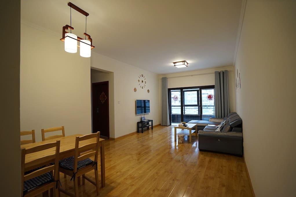 宽敞的客厅和餐厅