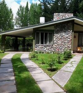 Casa con hermoso jardín y pileta en Las Carditas