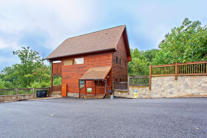 Beautiful log cabin with amazing mountain views, private hot tub, & shared pool