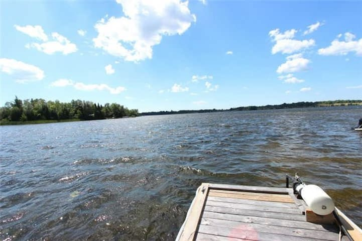 4BR Lakefront, Renovated , 25 Min From 404, 15 Sle - Kawartha lakes - Stuga