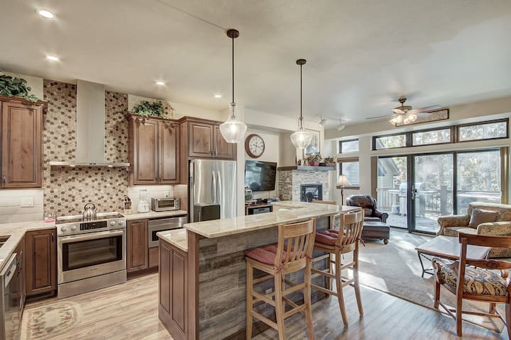 Stunning Breckenridge Townhome with Private Hot Tub, Garage! VP202