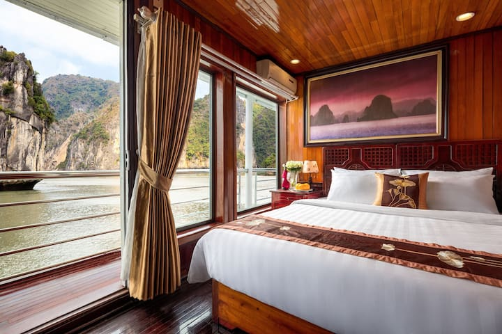 Spacious cabin on Ha long cruise with foods