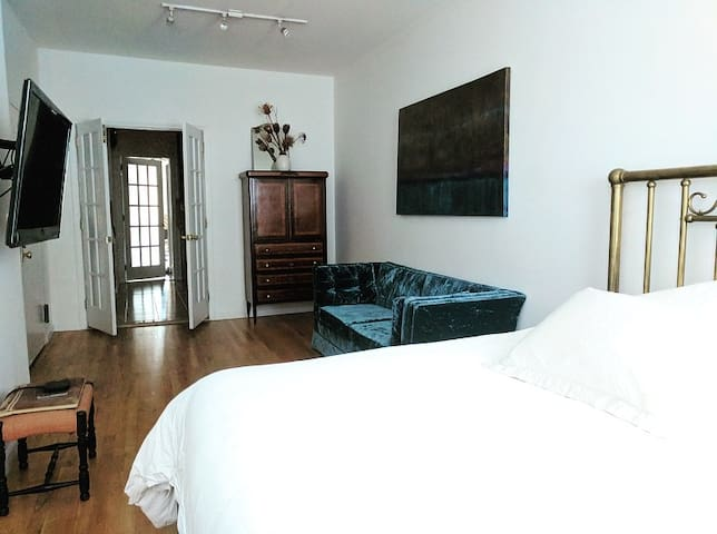 Sunny and Charming Greenpoint Apartment 1BR/2BA