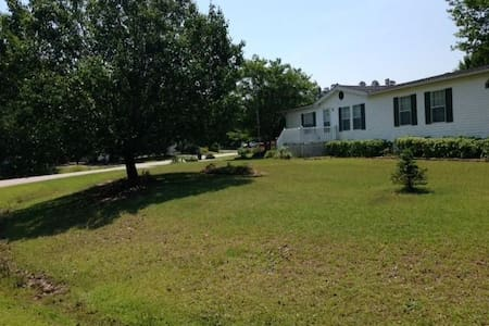 Quiet street and town 30 minutes from Myrtle Beach - Conway - House