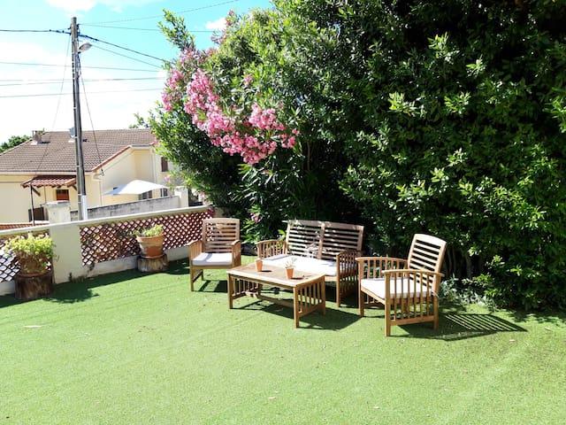 T2 terrasses et jardin privés entre mer et colline