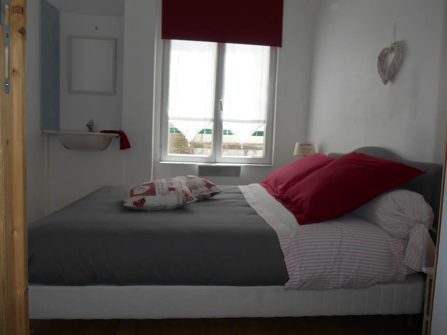 chambre confortable ,au calme sur cour,avec lavabo