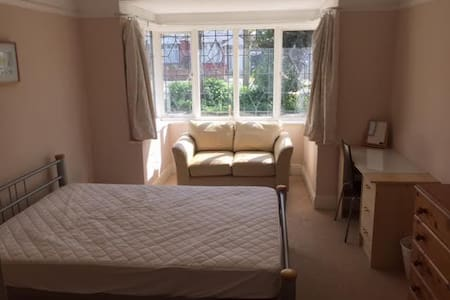 Large Double Room with Bay Windows, Sun and Sofa - Southend-on-Sea