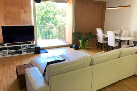 Bright Private Room with balcony -(COVID 19 Safe)