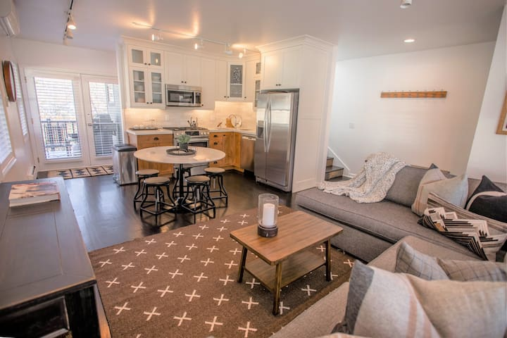 Dream Staycation! Designer 2 Bdrm Old Town House