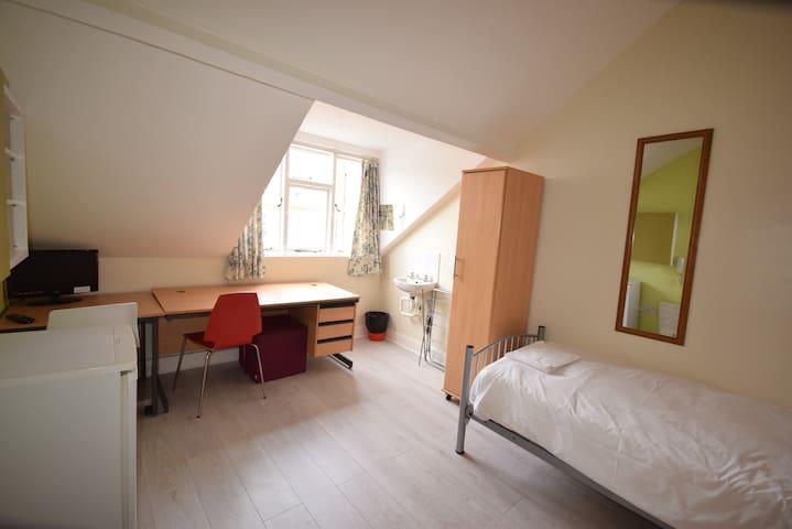 Warm twin attic room in Kensington